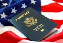passaporte americano em cima de uma bandeira americana