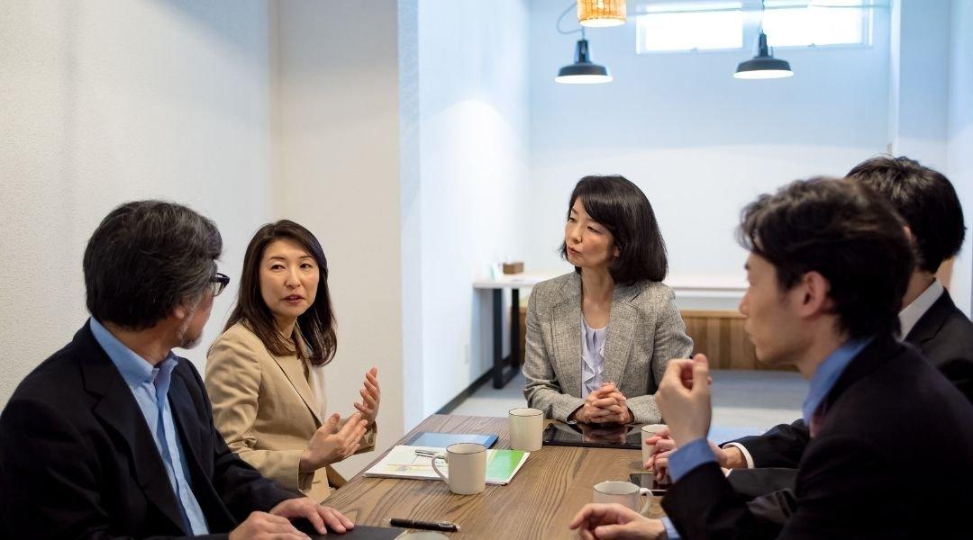 Japoneses tendo uma reunião em um escritório, como tirar o visto japonês para trabalho.