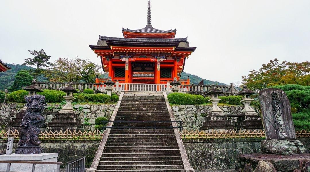 templo tipicamente japonês no topo de uma escadaria. Visto japonês